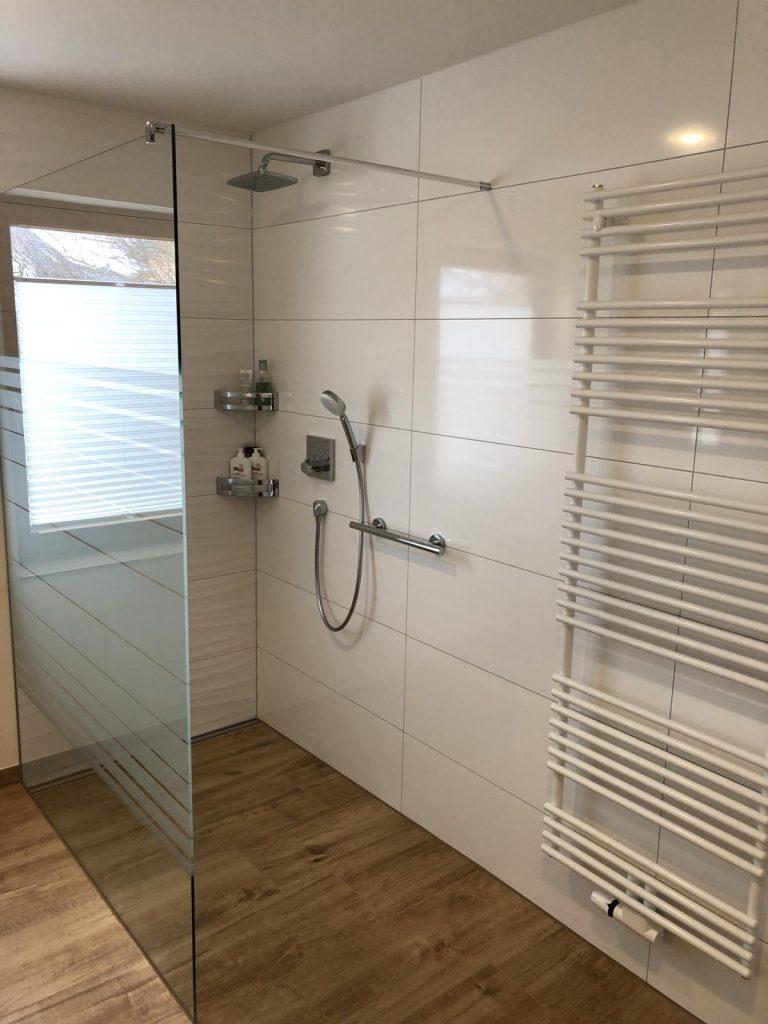 Bad mit ebenerdiger Dusche fertig gestellt –